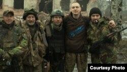 Антось Цялежнікаў (другі справа) з байцамі «Правага сэктару»