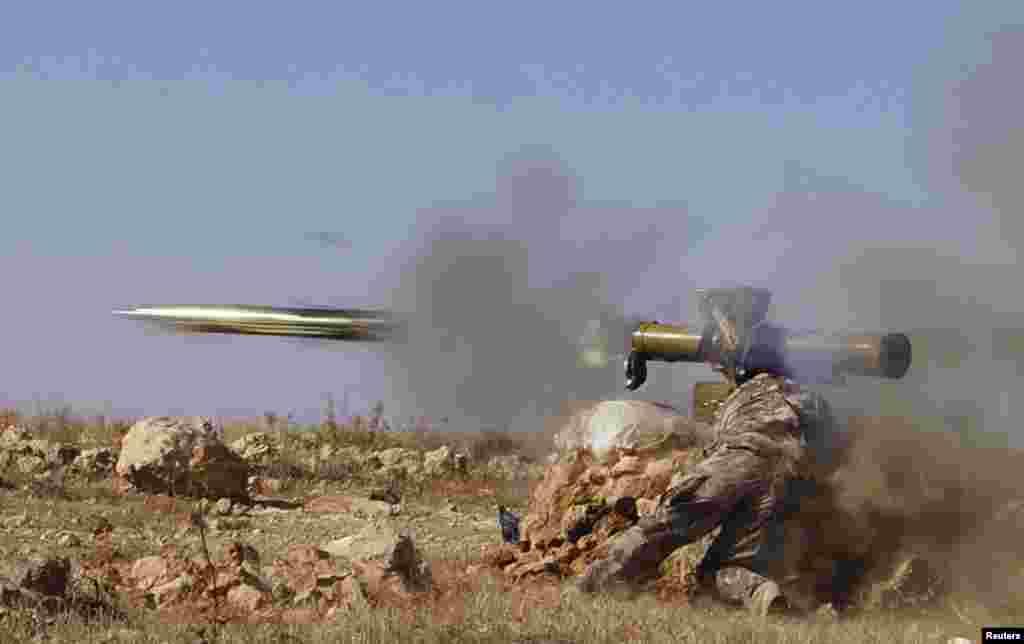 Отряды оппозиции применяют противотанковые ракеты в ходе боев у города Хама. 17 октября 2013 года