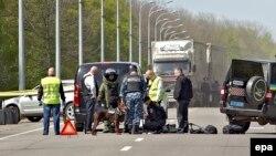 Українська міліція досліджує місце, де був поранений мер Харкова Геннадій Кернес, Харків, 28 квітня 2014 року