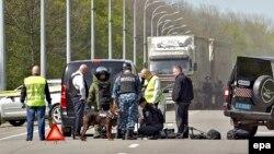 Украинская милиция осматривает место, где было совершено покушение на Геннадия Кернеса