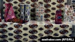 Türkmeniň gyzyl halylary hem ak reňke boýaldy.
