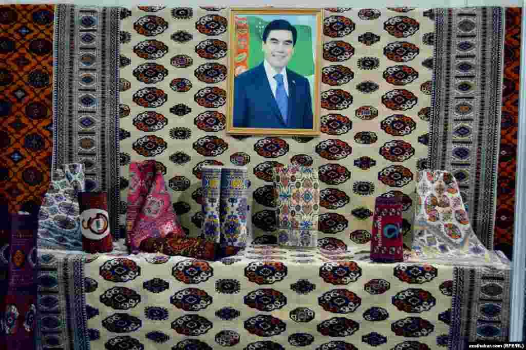 Türkmeniň gyzyl halysy hem ak reňke boýaldy