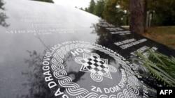 Spomen-ploča s ustaškim pozdravom koja je bila postavljena nedaleko od mjesta nekadašnjeg logora u Jasenovcu, da bi potom bila izmještena u desetak kilometara sjevernije u mjesto Novska, (2017.)
