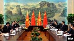 Премиерот Никола Груевски на средба со кинескиот претседател Кси Џинпинг во Пекинг.