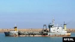 حفارة بحرية في قناة خور عبد الله