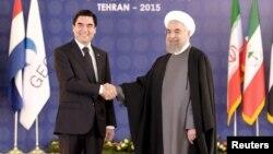 Түркіменстан президенті Гурбангулы Бердімұхаммедов (сол жақта) пен Иран президенті Хассан Роухани. Тегеран, 23 қараша 2015 жыл.