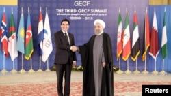 Иран президенті Хасан Роухани (сол жақта) мен Түркіменстан президенті Гурбангулы Бердімұхаммедов газ экспорты форумында тұр. Тегеран, 23 қараша 2015 жыл.