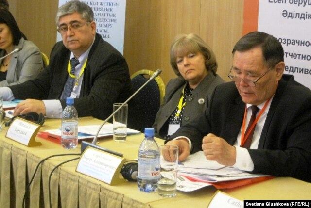 Справа налево: Марат Сарсембаев - профессор, доктор юридических наук, член ЦИК Казахстана, Наталья Зарудная - глава центра ОБСЕ в Астане. 27 февраля 2013 года. Астана.