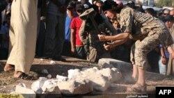 Militantët e Shtetit Islamik duke i shkatërruar antikitetet në Palmira të Sirisë