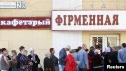 Еттің кезегінде тұрған жұрт. Минск, 26 тамыз 2011 жыл
