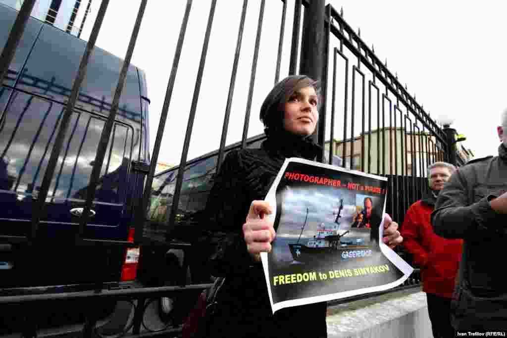 Журналисты в защиту Дениса Синякова. Жена Дениса Алина в пикете за освобождение мужа