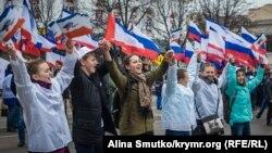 Участники праздничного шествия в Симферополе, 16 марта 2017 года