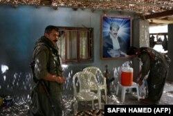 Бойцы Рабочей партии Курдистана в своем лагере на севере Ирака на фоне портрета Абдуллы Оджалана