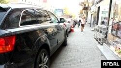 Rrugët e Prishtinës, kryeqytetit të Kosovës, janë të mbingarkuara me vetura, që ngushtojnë hapësirën për këmbësorë.