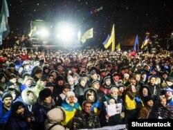 Тысячи людей пришли на площадь Независимости в Киеве, чтобы вспомнить события 2013 года. Украина, 29 ноября 2014 года