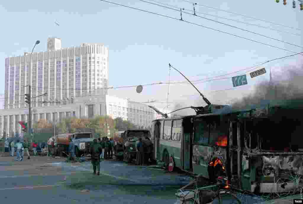 Поливальные машины и троллейбусы не стали препятствием для правительственных войск, прорвавшихся утром к Дому Советов