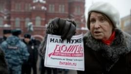 """Участница акции в поддержку телеканала """"Дождь"""". Москва, 8 февраля 2014 года."""