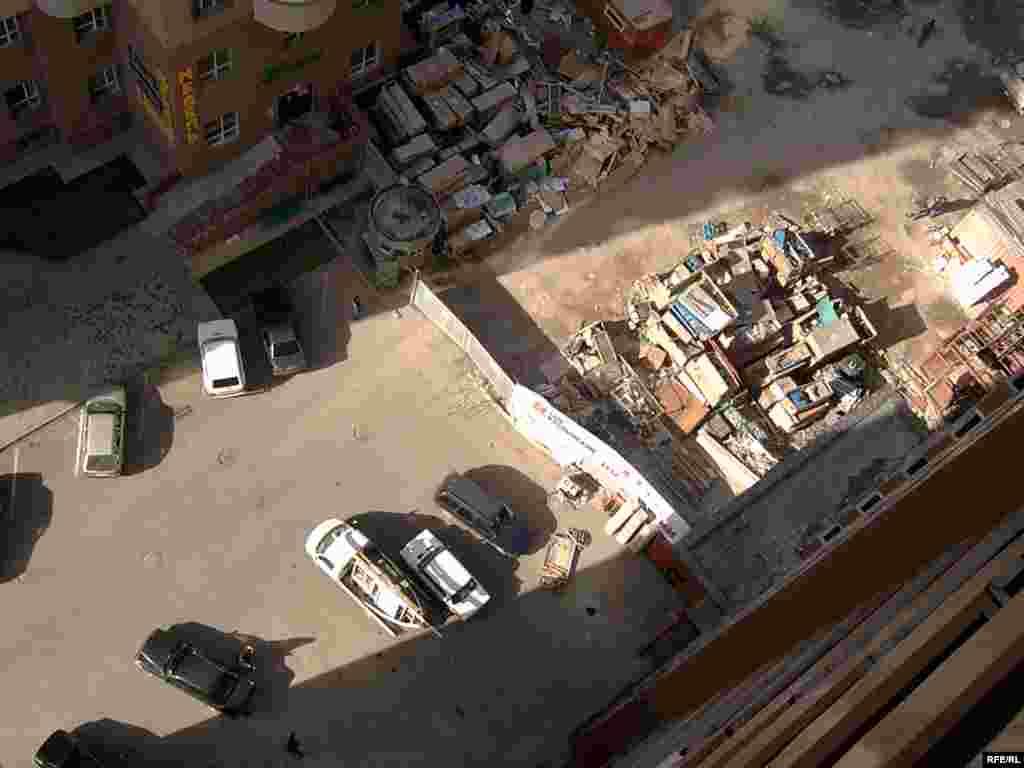 Вид с окна этой лестничной площадки на 15-ом этаже, что называется, с высоты птичьего полёта. - Вид с окна этой лестничной площадки на 15-ом этаже, что называется, с высоты птичьего полёта.