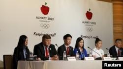 Представители Казахстана на пресс-конференции в Куала-Лумпуре представляют заявку Алматы. 29 июля 2015 года.