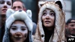 تظاهرات مدافعان مقابله با تغییرات اقلیمی در بریتانیا؛ سران کشورهای جهان در پاییز گذشته در نهایت بر سر چهارچوبی برای مقابله با تغییرات آبوهوایی توافق کردند