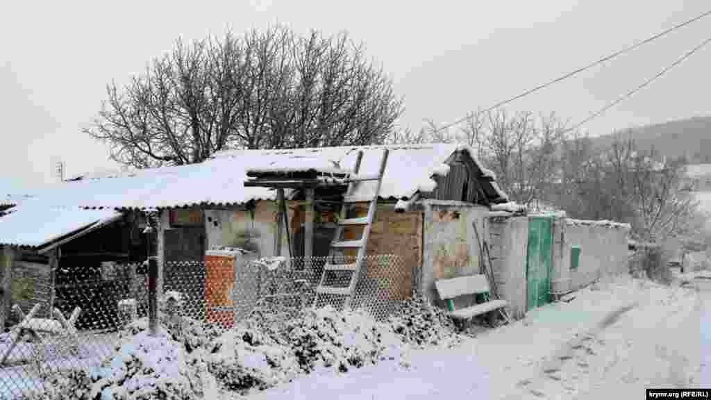 В селе проживает около 200 человек, а во время непогоды его улицы практически безлюдны