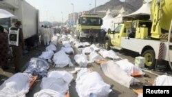 На месте хранения тел погибших в давке во время хаджа. Мина, 24 сентября 2015 года.