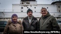Server Mustafayevniñ ana-babası Venera ve Rustem advokat Sergey Legostovnen Akmescit SİZOsınıñ binası ögünde