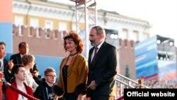 Премьер-министр Армении Никол Пашинян и его супруга Анна Акопян на гала-концерте, посвященном Чемпионату мира по футболу на Красной площади в Москве, 13 июня 2018 г.