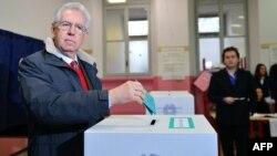 مارو مونتی، نخست وزیر موقت ایتالیا، روز یکشنبه رای خود را در صندوق رای انداخت.