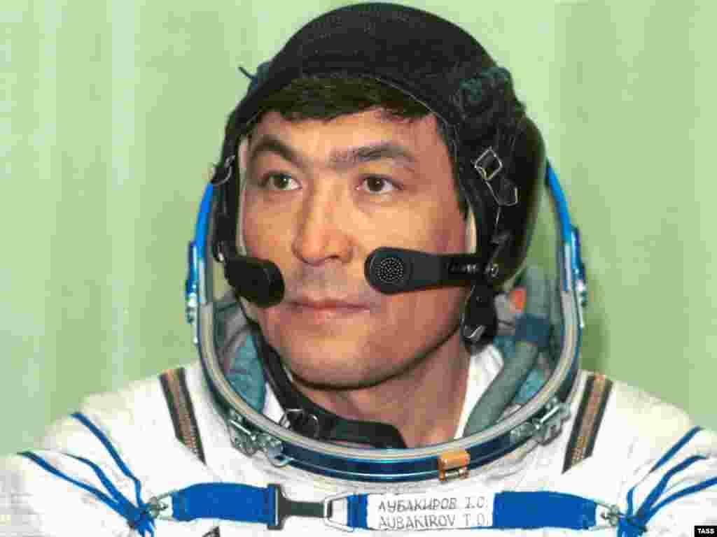 """Летчик-космонавт Тохтар Аубакиров отправился в космос на борту """"Союза ТМ-13"""" вместе с Александром Волковым и Францем Фибеком 2 октября 1991 года. На орбитальной станции """"Мир"""" он работал в течение недели."""