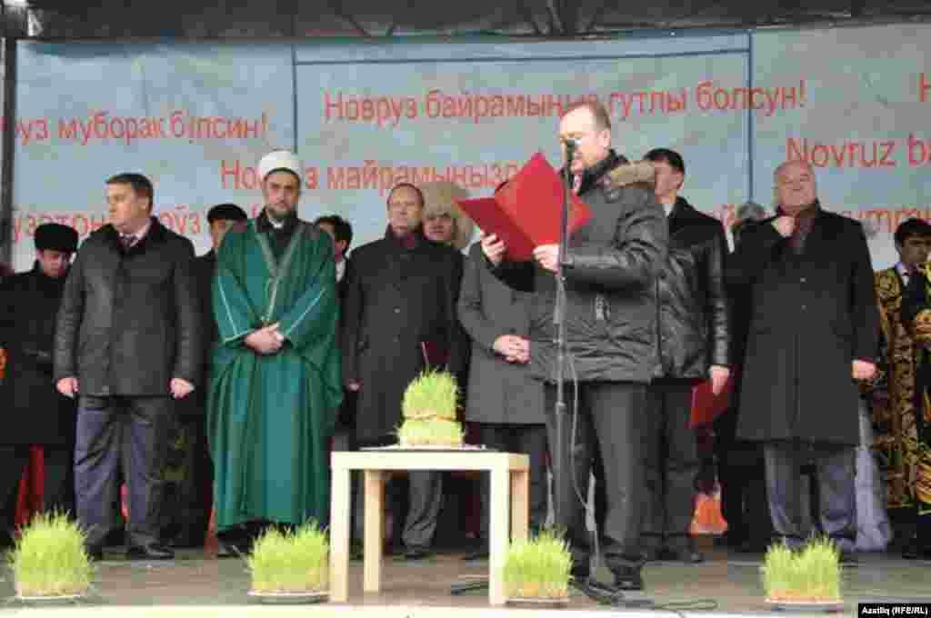 Минәхмәт Хәлиуллов халыкны татарлар исеменнән дә, Самар шәһәре думасы исеменнән дә кайнар котлады