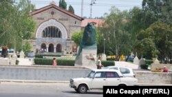 Monumentul din faţa gării feroviare din Chişinău