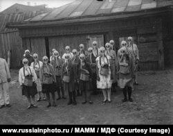 Группа девочек в противогазах, 1930-е годы