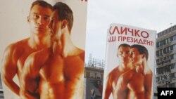 """Pancarte înfățișîndu-l pe fostul boxer, una cu inscripția """"Kliciko este Președintele nostru"""", purtate de participanți la o demonstrație împotriva homofobiei, la Kiev"""
