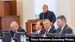 Депутат Олег Брячак выступает в Псковском областном парламенте