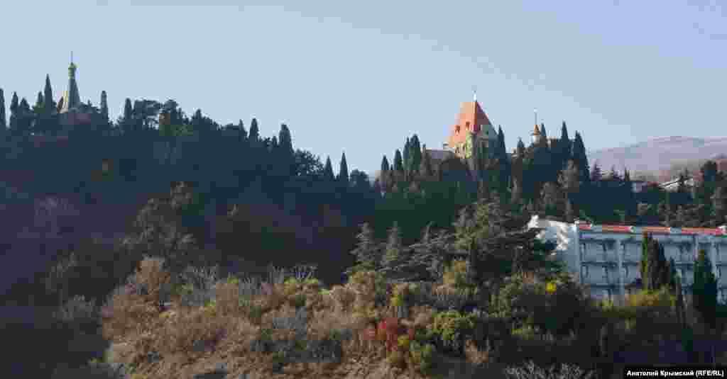 На Мисі Плака видніється дах палацу княгині Гагаріної, де тепер розміщується адміністративний корпус санаторію «Утьос»