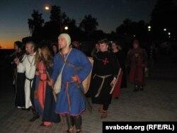 Рыцары з дамамі сьпяшаюцца на начную каранацыю Міндоўга