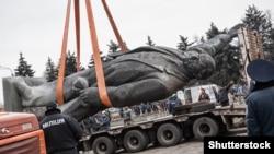 Демонтаж пам'ятника Леніну в Запоріжжі, 17 березня 2016 року (©Shutterstock)