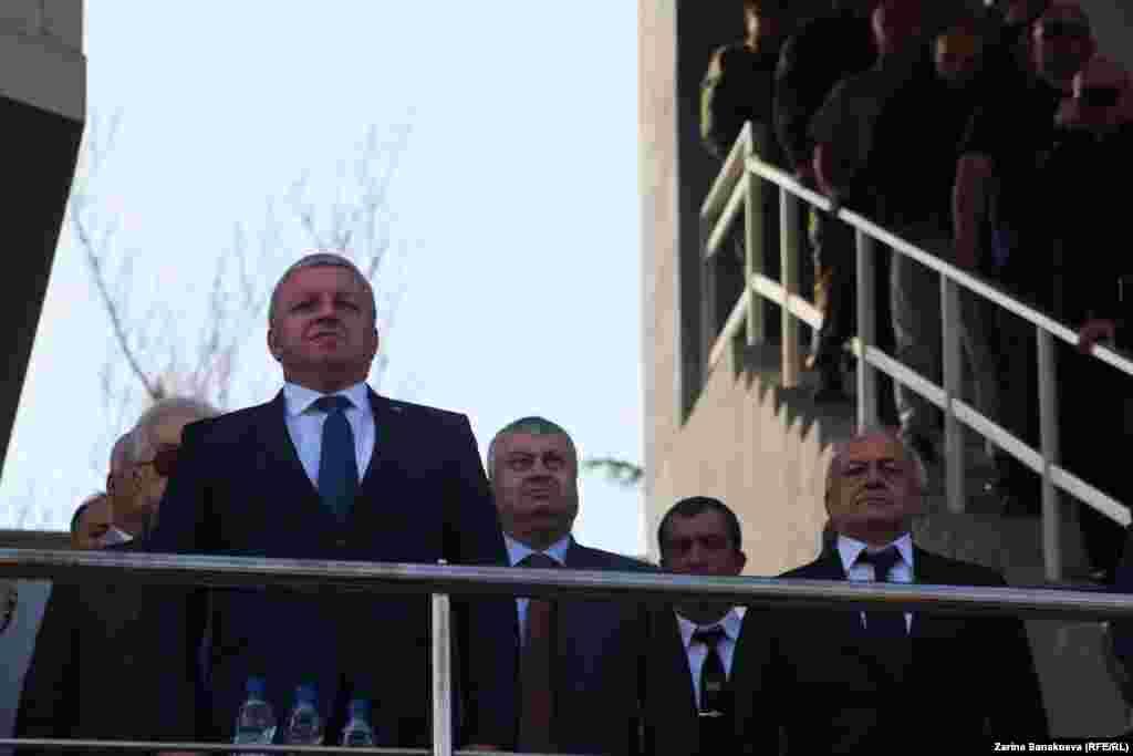 Инаугурацию посетил абхазский премьер Беслан Барциц, чуть позади экс-президент, главный инфомейкер югоосетинских выборов - Эдуард Кокойты