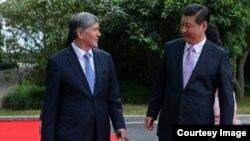 Президент Алмазбек Атамбаев Кытайдын жетекчиси Си Цзиньпин менен. Шанхай, 18-май, 2014.