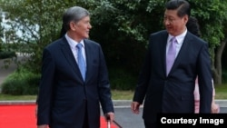 Алмазбек Атамбаев жана Си Цзинпин. 18-май, 2014-жыл. Шанхай.