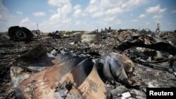Обломки упавшего в Донецкой области самолета Boeing 777, предположительно сбитого ракетой. 23 июля 2014 года.