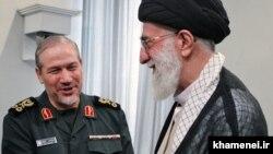 Ali rəhbər, ayətüllah Ali Khamenei (sağda) və general Yahya Rahim Safavi