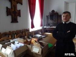 Отець Ігор Гарасим в архіві Варшавського монастиря отців-василіян