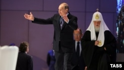 Президент России Владимир Путин и Патриарх Московский Кирилл (справа). Москва, 5 ноября 2015 года.