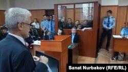 Участники апелляционного процесса по уголовному делу, по которому к длительному тюремному сроку приговорили бывшего депутата парламента Кыргызстана Дамирбека Асылбек уулу. Алматы, 19 сентября 2019 года.