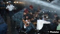 Полиция задерживает участиков сидячей акции протеста, Ереван, 23 июня 2015 г.