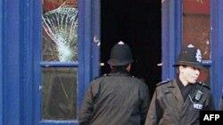 Полицейские у здания паба.