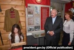 Марыя Васілевіч і Аляксандар Лукашэнка ў музэі калгасу «Радзіма»