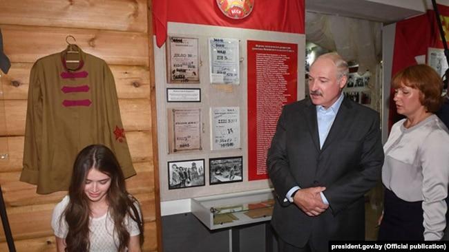 Міс Білорусь Марія Василевич та Олександр Лукашенко в музеї колгоспу «Батьківщина»